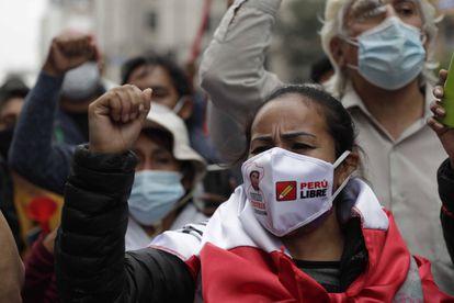 Simpatizantes de Pedro Castillo se manifiestan mientras esperan los resultados de los comicios presidenciales, el pasado lunes, en Lima (Perú).