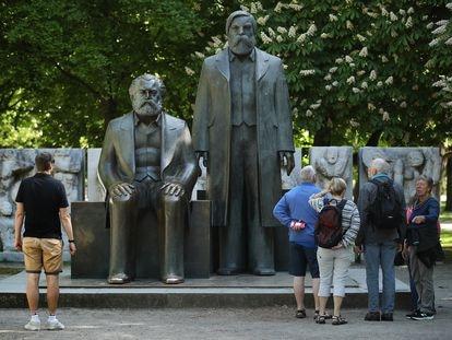 Estatuas de Karl Marx y Friedrich Engels en un parque de Berlín, Alemania.