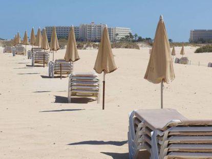 Hamacas vacías en un hotel de playa en Fuerteventura en abril de 2020.