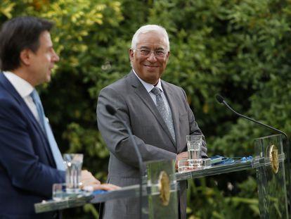 El primer ministro portugués, Antonio Costa, escucha a su homólogo italiano, Giuseppe Conte, tras un encuentro en Lisboa el pasado martes.