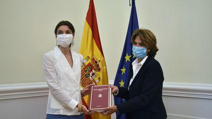 La ministra de Justicia, Pilar Llop, recibe de manos de la Fiscal General del Estado, Dolores Delgado, la Memoria Fiscal 2020.