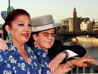 Dolores Abril y Juanito Valderrama, en 1999 durante la grabación en Sevilla de un programa de 'Cine de barrio'.