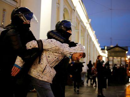 La policía detiene a un partidario de Navalni en una protesta en apoyo al opositor, el pasado miércoles en San Petersburgo.