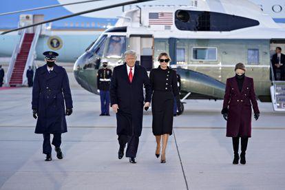 El presidente de los Estados Unidos, Donald Trump, y la primera dama, Melania Trump, durante la ceremonia de despedida en laBasede la Fuerza AéreaAndrews, Maryland, Estados Unidos, el 20 de enero.