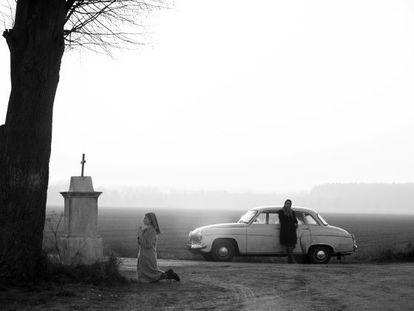 La novicia Anna y su tía Wanda recorren en el filme una Polonia triste, gris y rústica.