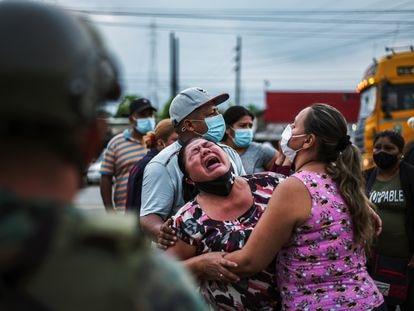 Una mujer lloraba el martes frente a una cárcel de Guayaquil (Ecuador) en la que un grupo de presos perdió la vida durante un motín.
