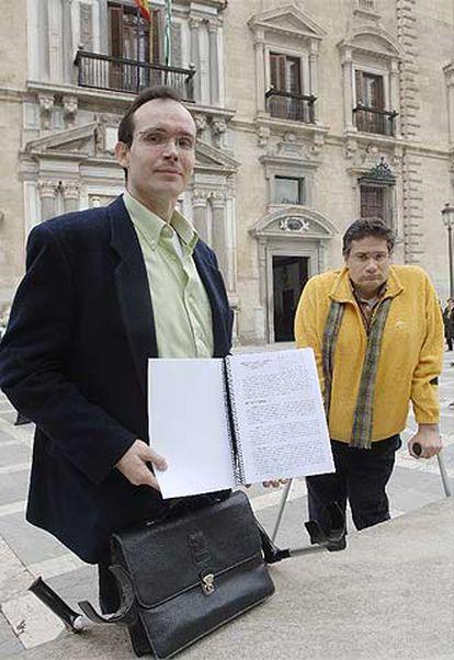 Agustín Torres y Alfredo Manuel Roldán, frente a la sede del TSJA.