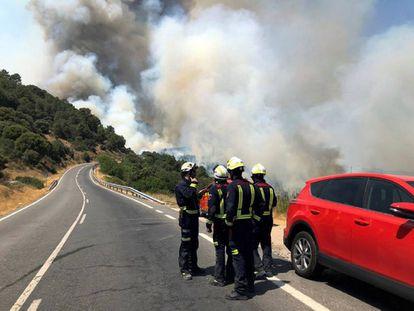 Efectivos de emergencias madrileños el 30 de junio en la zona del incendio que se originó en Almorox (Toledo) y se extendió a Cenicientos y Cadalso de los Vidrios (Madrid).