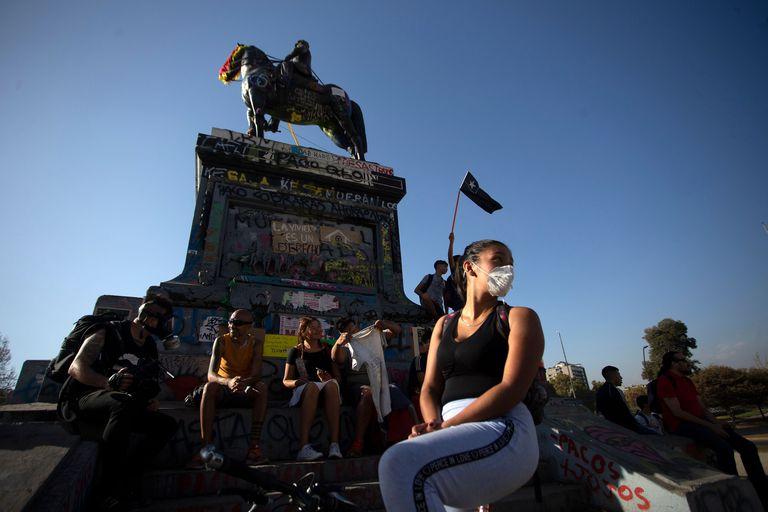Una mujer, con mascarilla, en una protesta en Santiago de Chile.