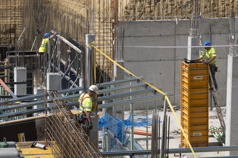 Obreros trabajando, el pasado lunes, en la construcción de un bloque de viviendas en Bormujos (Sevilla).