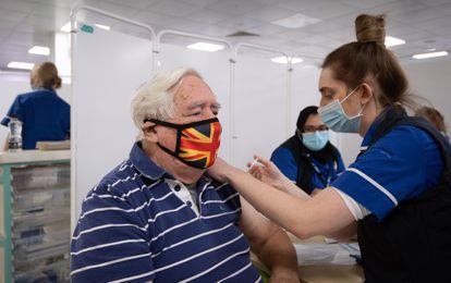Un hombre recibe la vacuna de AstraZeneca, el 11 de enero en Stevenage, en Inglaterra (Reino Unido).