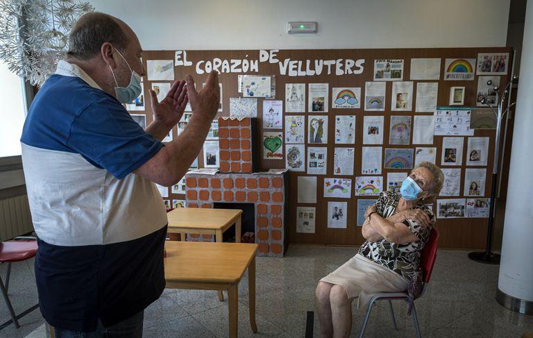 Un hombre charla con su madre, ingresada en una residencia de ancianos de Valencia.