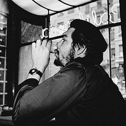 Ernesto Che Guevara, en la cafetería California, en la calle Gran Vía de Madrid.  / CÉSAR LUCAS (EP)