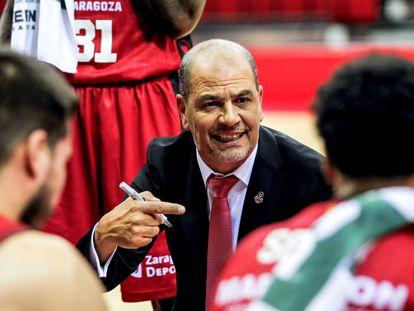 Sergio Hernández imparte instrucciones a los jugadores del Casademont Zaragoza.
