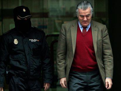 El extesorero del PP, Luis Bárcenas, sale de la Audiencia Nacional en 2013.