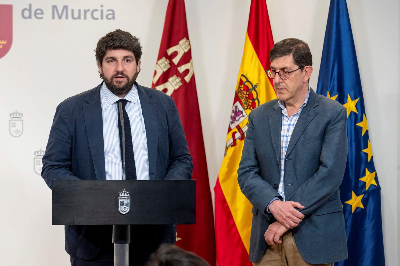 El presidente de Murcia, Fernando López Miras (i.), y el consejero de Salud, Manuel Villegas, este viernes.