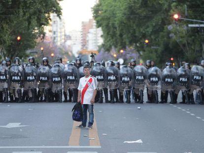 Un aficionado de River Plate, frente a la policia este sábado.