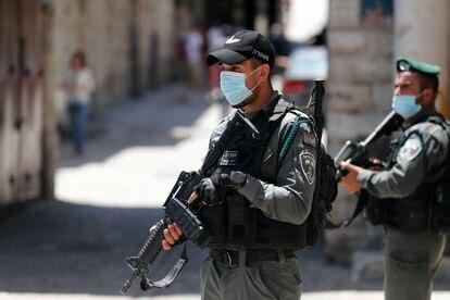 Agentes de la policía de fronteras patrullan la zona donde ha sido abatido un palestino.