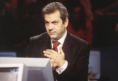 Carlos Sobera en la etapa de presentador de 'Quién quiere ser millonario' haciendo su hipnónico movimiento de ceja.