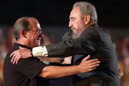 Fidel Castro y el cantautor Silvio Rodríguez, en una imagen de 2004.