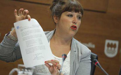 La portavoz de la Diputación guipuzcoana, Larraitz Ugarte, exhibe un documento de Bidegi en su compaerencia.