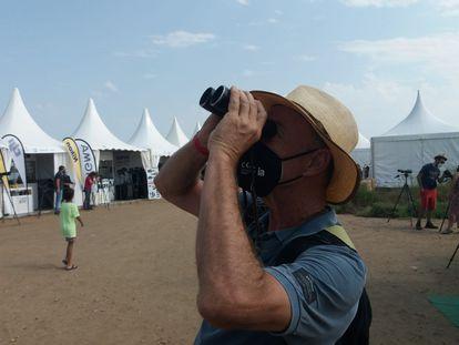 Francesc Giró echa una última mirada con sus viejos prismáticos antes de donarlos para Kenia en el Delta Birding Festival, el sábado.
