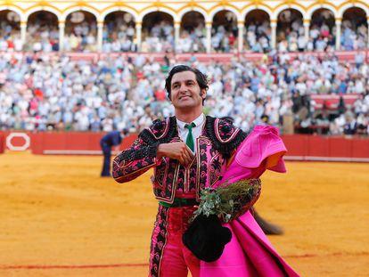Morante de la Puebla, en la vuelta al ruedo tras cortar dos orejas al cuarto de la tarde.