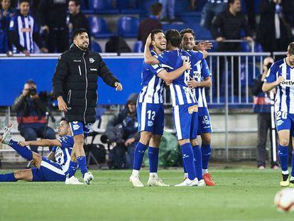 Los jugadores del Alavés celebran la victoria ante el Madrid.