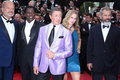 Ronda junto a los actores Kelsey Grammer, Wesley Snipes, Sylvester Stallone y Mel Gibson durante la presentación de la película 'Los Mercenarios 3' (2014).