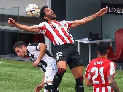 Raúl García (c) lucha por el balón con el centrocampista del Levante Bardhi.