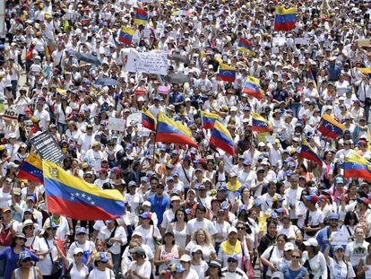 Miles de mujeres opositoras protesta en Caracas contra Nicolás Maduro, este sábado.