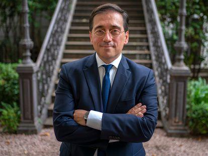 El ministro de Asuntos Exteriores, Unión Europea y Cooperación, José Manuel Albares, posa en el Palacio de Viana en Madrid.