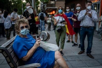 Cacerolada contra el Gobierno  en el barrio de Moratalaz, Madrid.