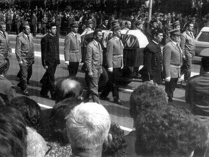 El féretro que contiene los restos mortales del presidente de Yugoslavia, Josip Broz Tito, escoltado por soldados, mineros y metalúrgicos, pasa por una calle de Belgrado durante el funeral de estado, en 1980