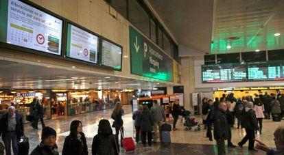 Paneles informativos en la Estación de Sants en Barcelona.