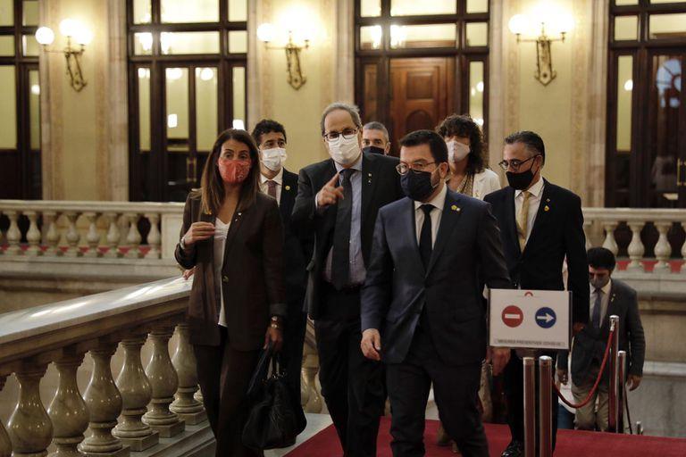 El presidente de la Generalitat, Quim Torra, arropado por sus consejeros, dirigiéndose este miércoles al hemiciclo