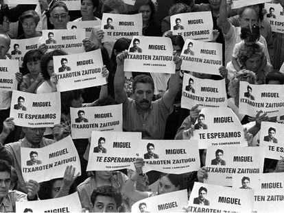 El 11 de julio de 1997 miles de personas se manifiestan en Ermua (Vizcaya) por Miguel Ángel Blanco, concejal del PP.