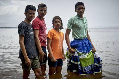 Dani y algunos amigos posan para un retrato en el margen del río Tapajós tras finalizar una actividad reivindicativa de los derechos LGBT+.