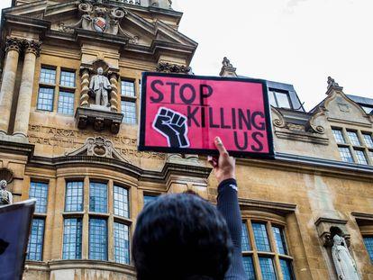 """Protesta en septiembre pasado en Oxfrord para solicitar la retirada de la estatua de Cecil Rhodes de la fachada del Oriel College de la ciudad universitaria británica. La pancarta reza en inglés: """"Dejad de matarnos""""."""