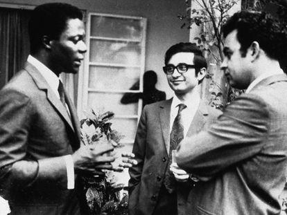 Kofi Annan (i), en 1971, con compañeros de estudios, en Zambia