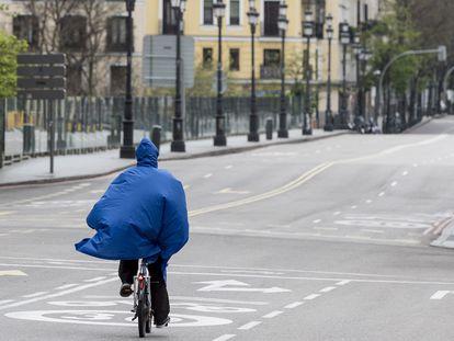 Una mujer monta en bici por el viaducto de Segovia (Madrid) completamente vacío por el estado de alarma, el pasado día 10 de abril.