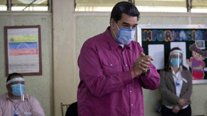 El presidente venezolano, Nicolás Maduro, vota hoy en un centro electoral de Caracas (Venezuela).