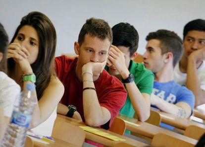Estudiantes, ante una prueba de selectividad en Barcelona.