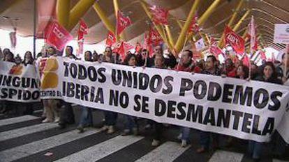 Centenares de trabajadores de Iberia en una manifestación en la T4 de Barajas para protestar por el plan de transformación