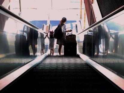 Una mujer  y su hija en una estación de Madrid.