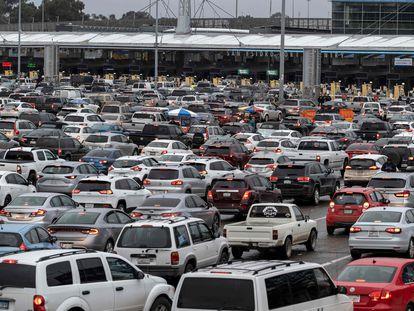 Coches esperan en el paso fronterizo en Tijuana, Estado de Baja California (México), en una imagen de archivo.