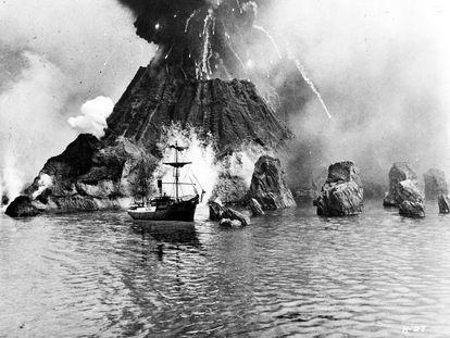 Imagen del filme 'Krakatoa, este de Java', que recrea la erupción de este volcán indonesio en 1883.
