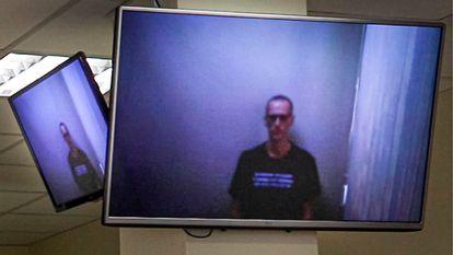 """Navalni comparece en un juicio este jueves por videoconferencia desde prisión, demacrado tras pasar 24 días en huelga de hambre, el opositor cargó contra Putin y le llamó """"rey ladrón desnudo""""."""