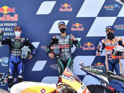 Maverick Vinales, Fabio Quartararo y Marc Márquez celebran su clasificación en el GP de España de MotoGP 2020.