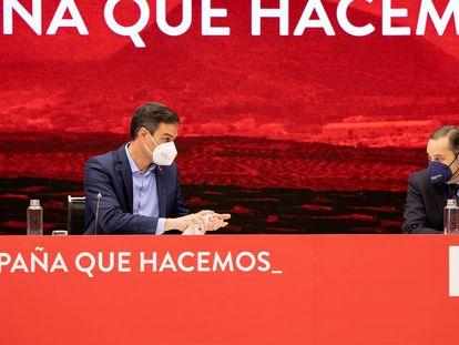 Pedro Sánchez y José Luis Ábalos en la ejecutiva federal del PSOE.